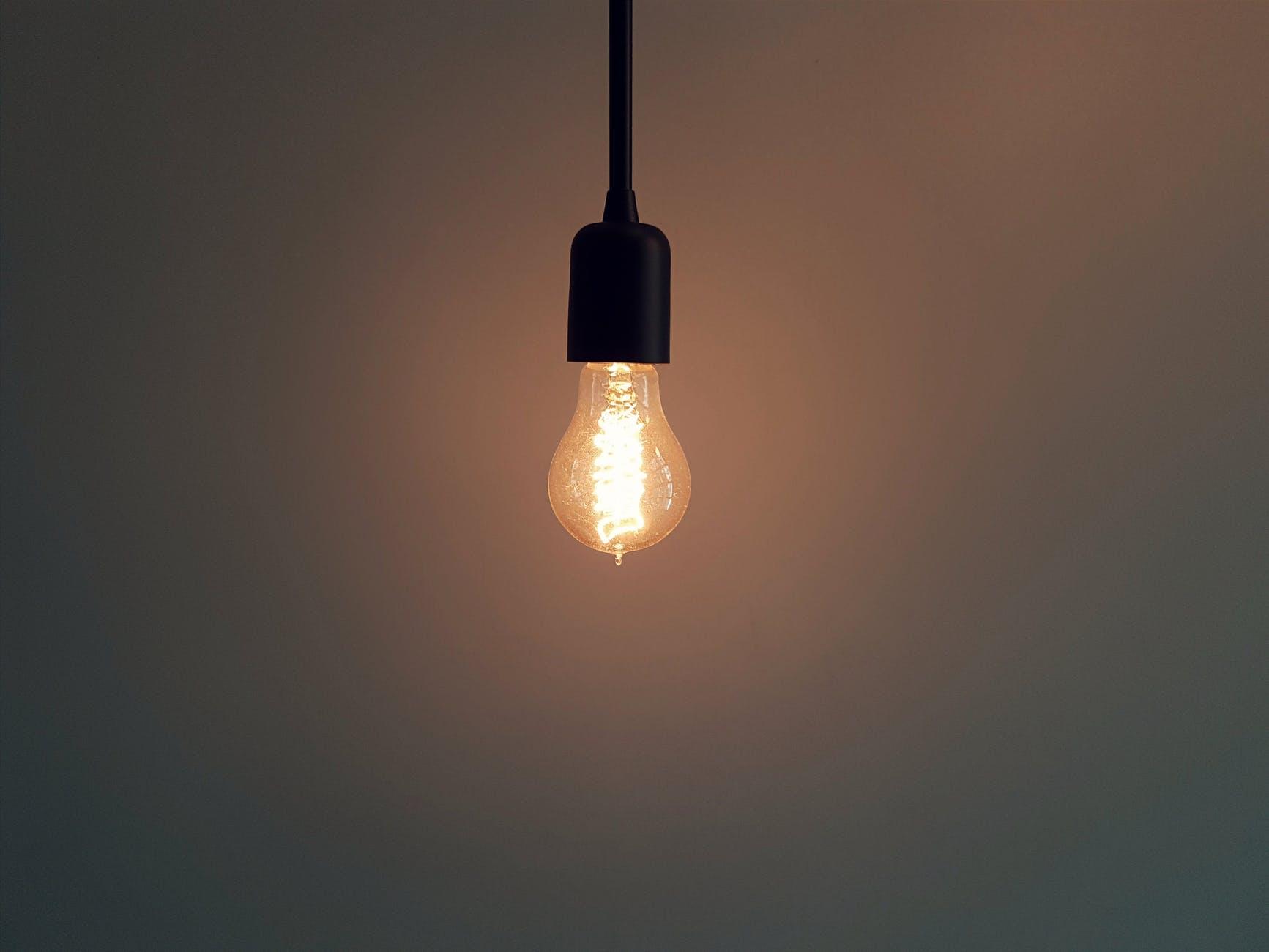 Brennende Glühbirne, die mit solar erzeugtem Strom betrieben wird