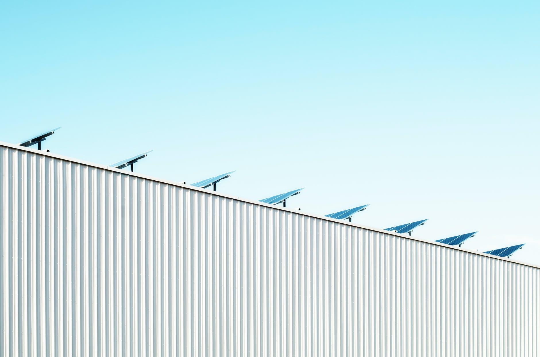 Solarmodule auf großflächigen Dächern