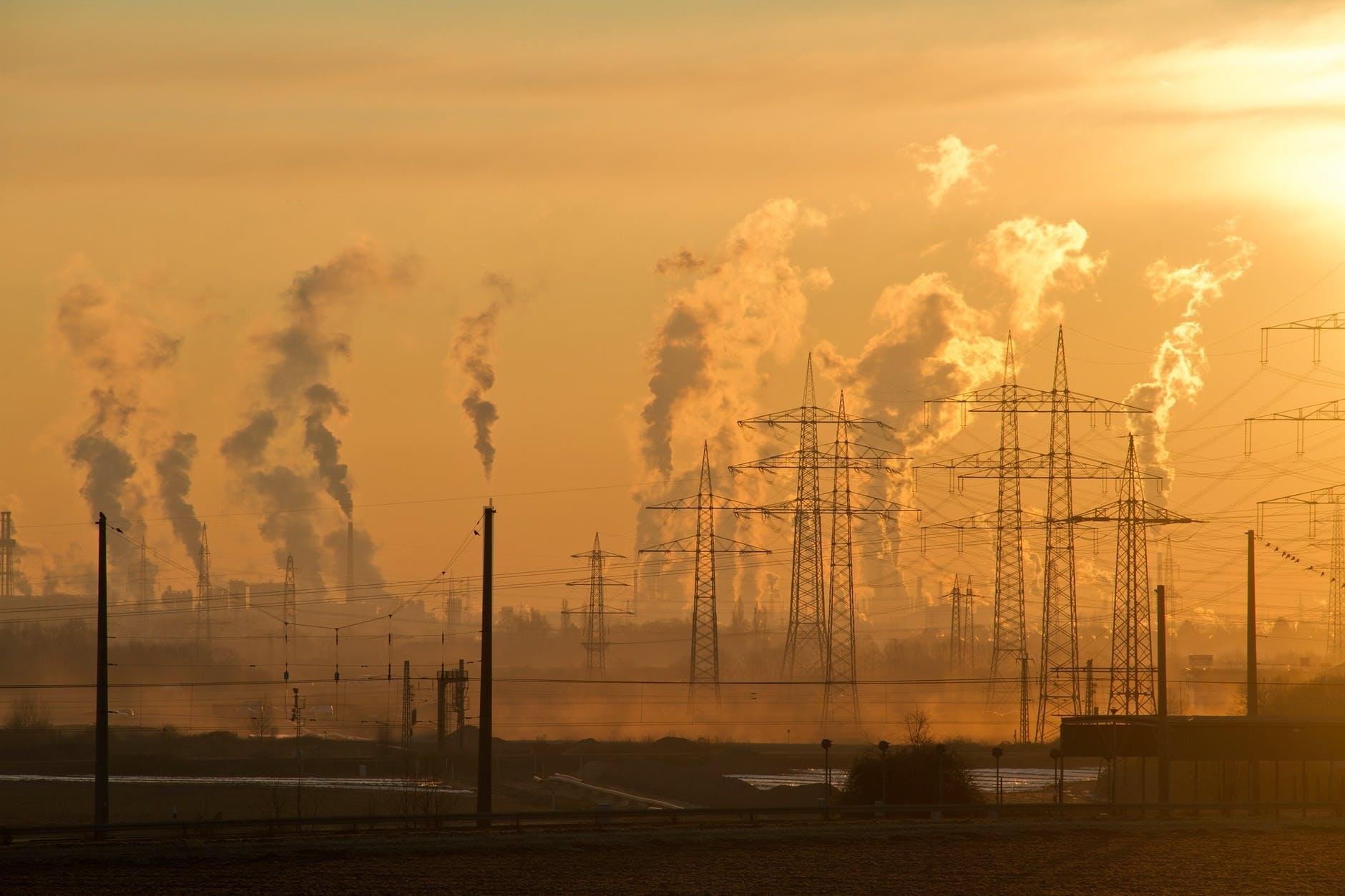 Hoher CO2-Ausstoß bei Energiegewinnung durch phosile Brennstoffe im Gegensatz zur Photovoltaik