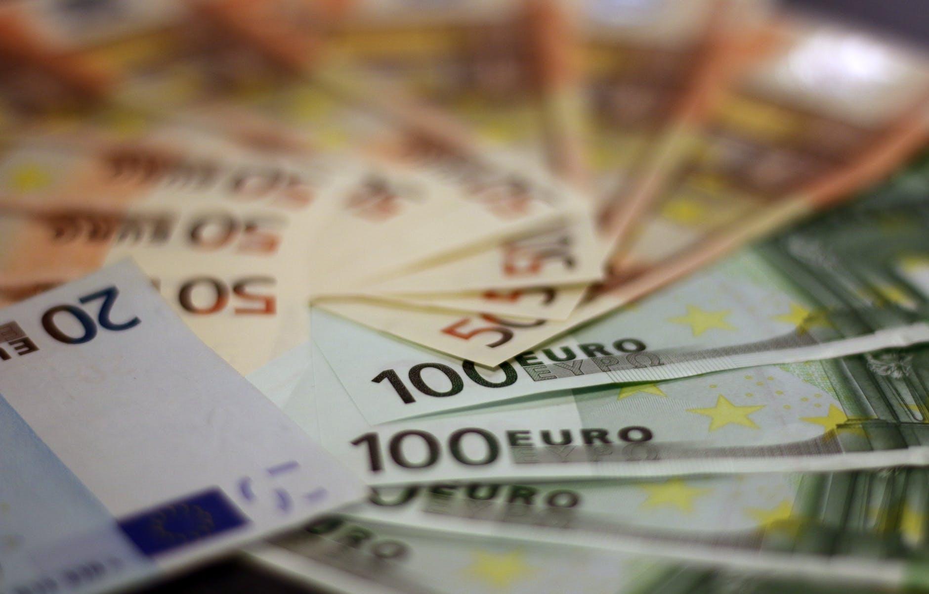 Geld für Investition in Photovoltaikanlagen